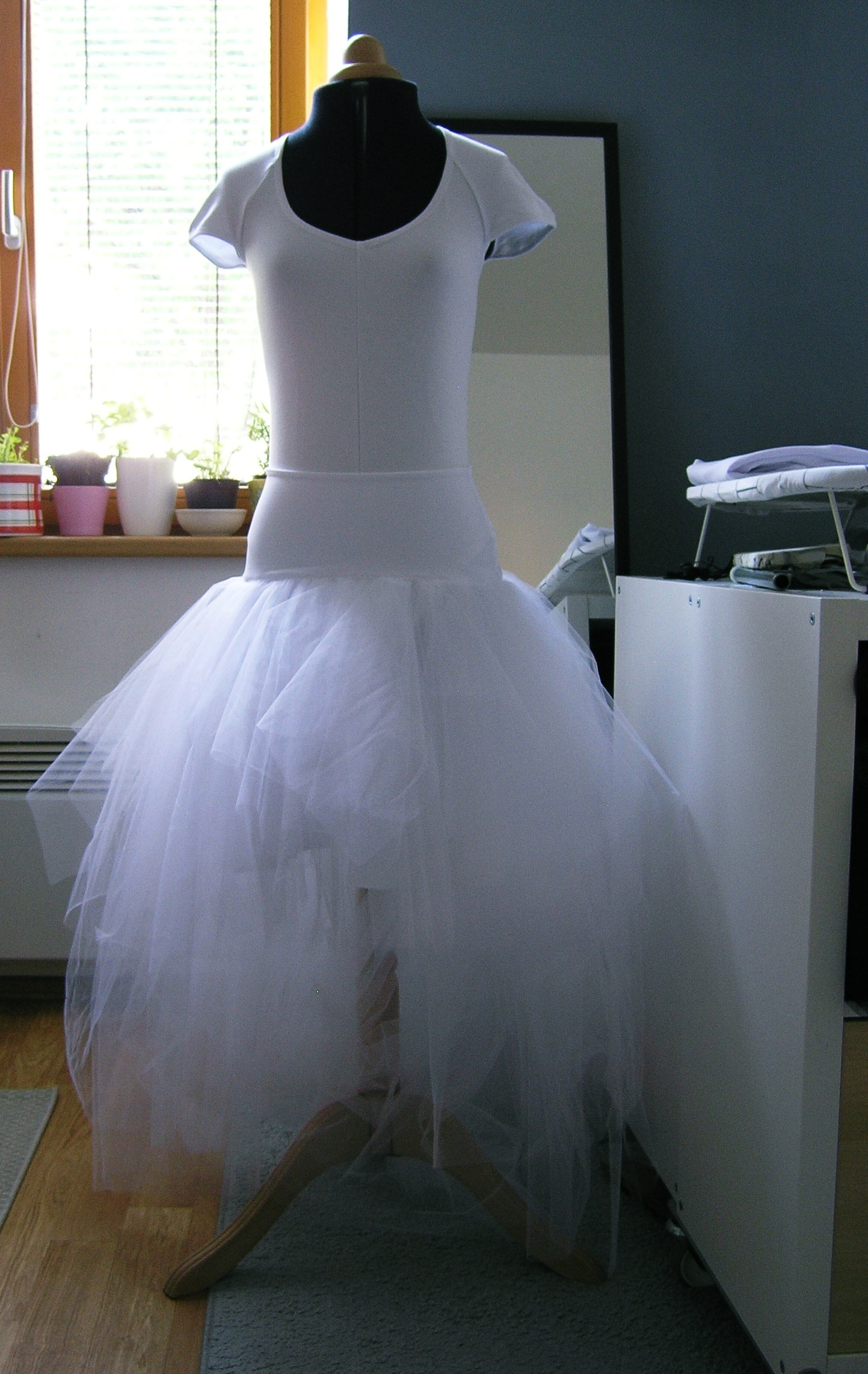 77ac1a6a916 Bílá asymetrická sukně + body krátký rukáv   Zboží prodejce ceasara ...