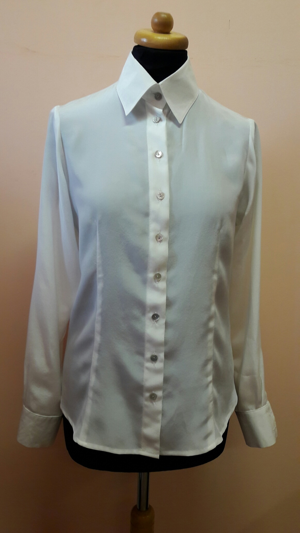 f5e9e58de6f Bílá hedvábná košile   Zboží prodejce Hedvábné šaty