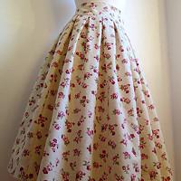de3e4a7c370 Nadýchaná suknička s kvietkami - pod kolená