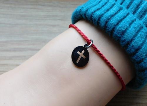 Náramek - S nerezovým křížkem  a kostičkou.... ♥