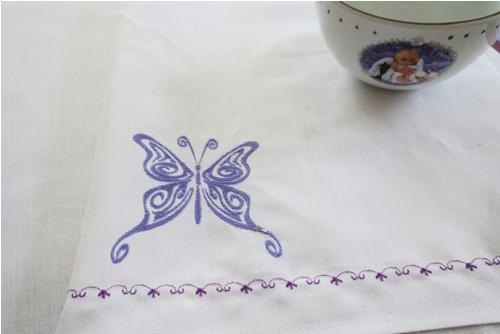 Kvalitní utěrka bílá vyšívaná - Motýl