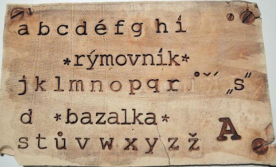 Příklad použití sady razidel abeceda malá Courier