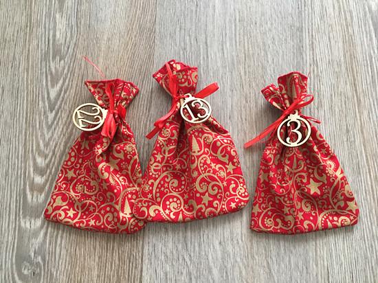 zlaté ornamenty na červené