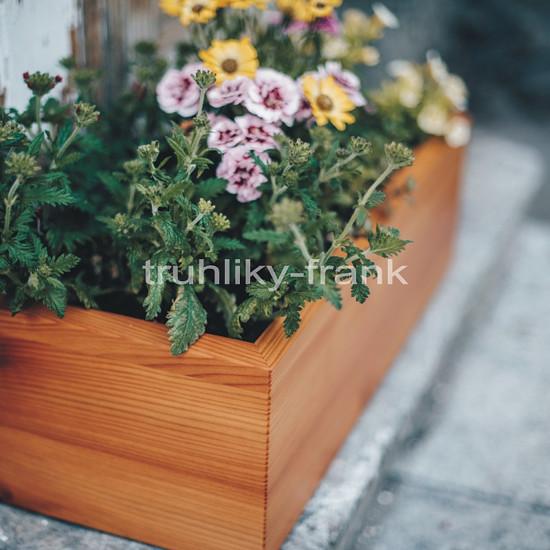 Květinový samozavlažovací truhlík ze dřeva