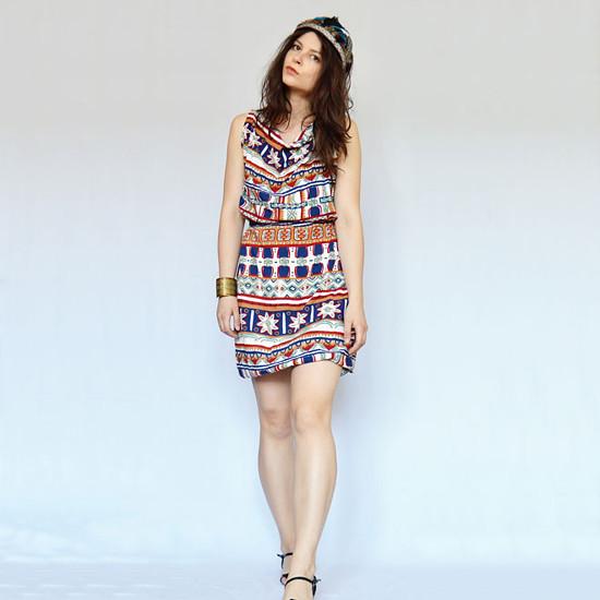 modelka má na sobě letní šaty s indiánskym vzorem