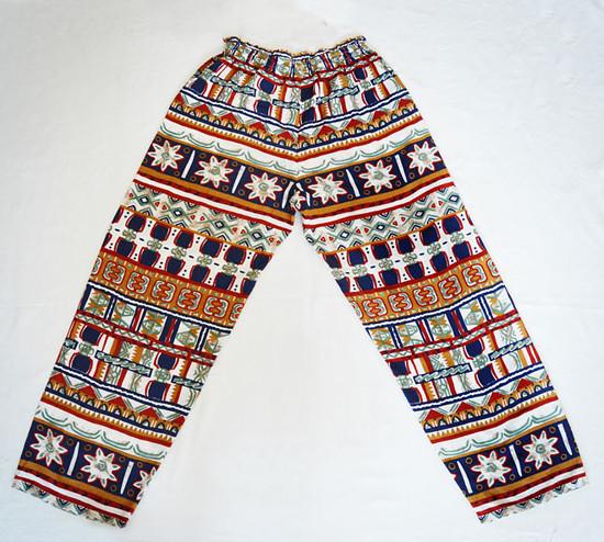 Na obrázku jsou volné kalhoty s indiánskym vzorem
