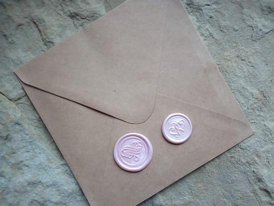Porovnání pečetí 3cm a 2,3cm na čtvercové obálce
